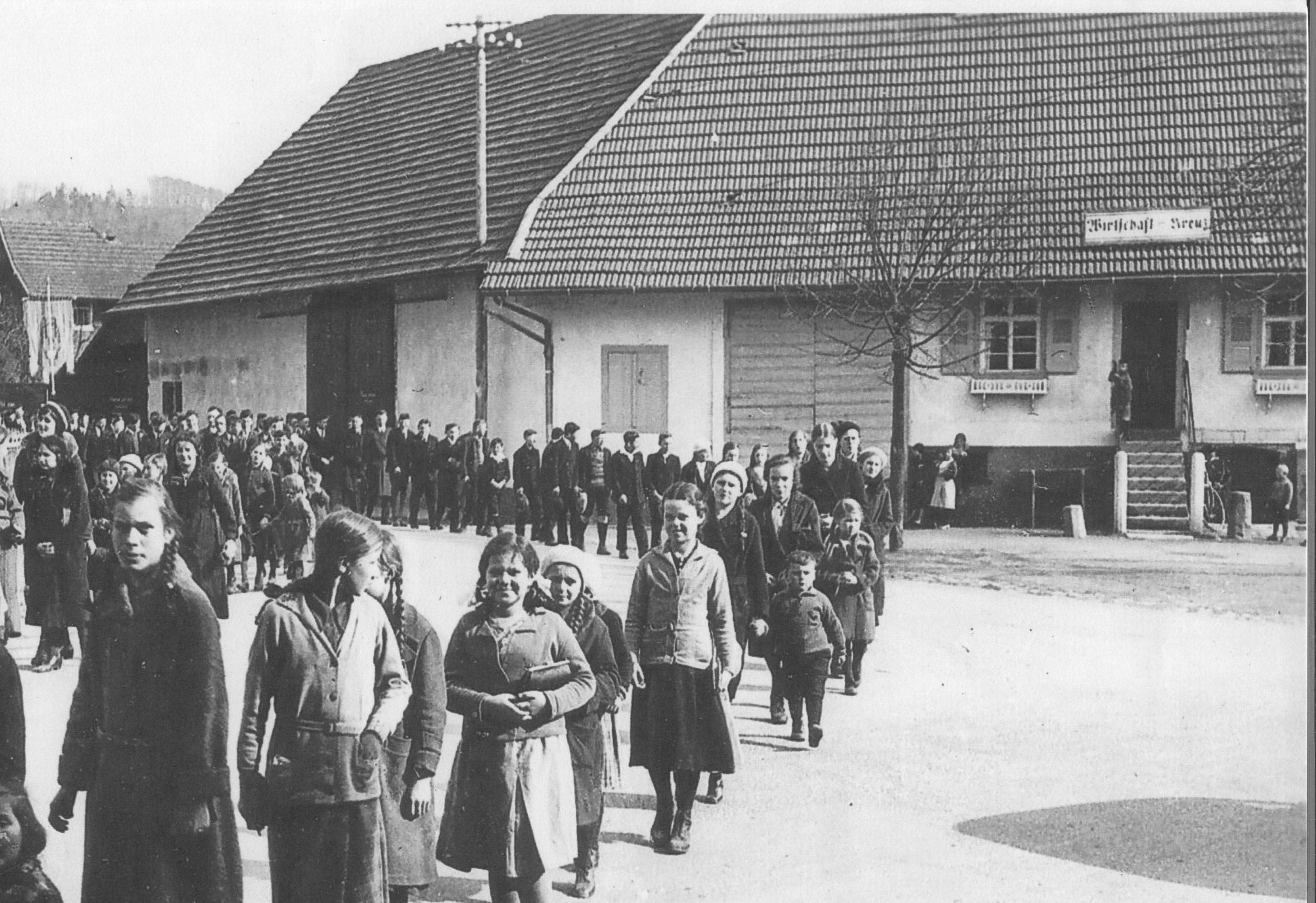 Prozession am Gasthaus Kreuz um 1935